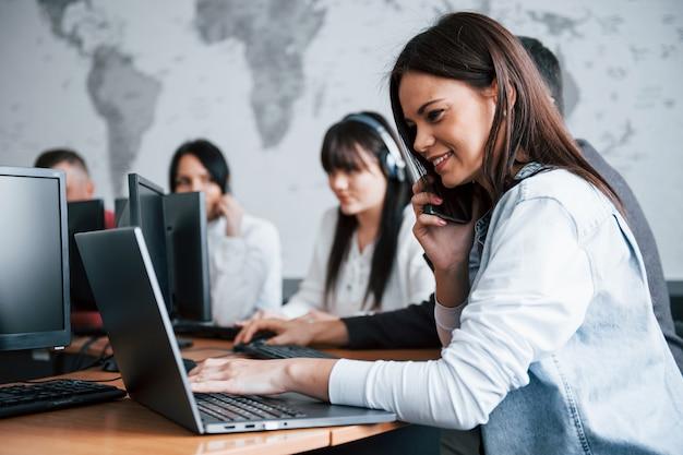 Jóvenes que trabajan en el centro de llamadas. se acercan nuevas ofertas