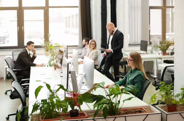 Jóvenes que trabajan en la oficina moderna