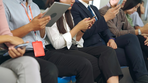 Los jóvenes que utilizan el teléfono móvil en el tren subterráneo público. estilo de vida urbano de la ciudad y desplazamientos en concepto de asia.