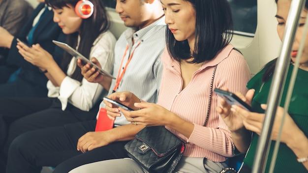 Los jóvenes que utilizan el teléfono móvil en el tren subterráneo público