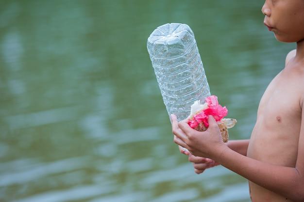 Los jóvenes recolectan basura en el río, concepto del día nacional de la juventud y el día mundial del medio ambiente.