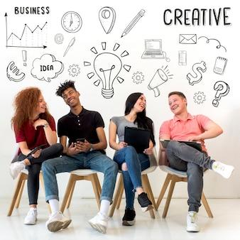 Jóvenes sentados en el asiento con iconos creativos dibujados en el fondo