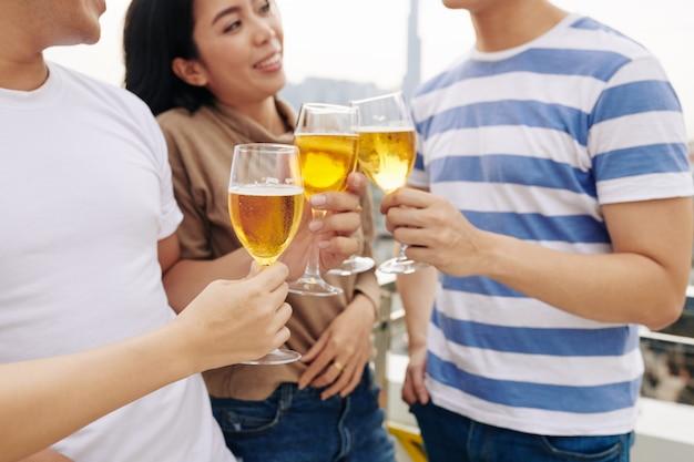 Jóvenes socializando en una fiesta en la azotea