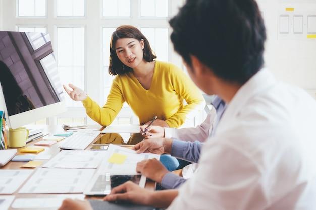 Jóvenes startups empresarios trabajo en equipo reunión de intercambio de ideas.