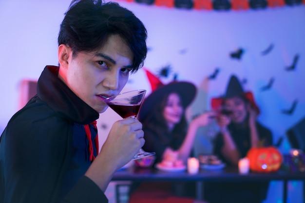 Jóvenes tailandeses en disfraces celebrando halloween.