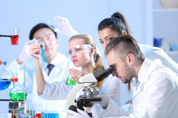 Jóvenes técnicos médicos que trabajan en laboratorio