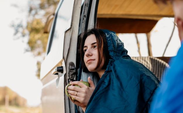 Jóvenes tomando café dentro de su camioneta