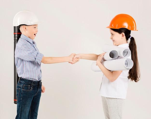 Jóvenes trabajadores de la construcción trabajando juntos