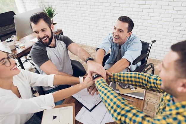 Jóvenes trabajadores en teambuilding en la oficina moderna.