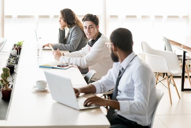 Jóvenes trabajando y descansando en el espacio de coworking
