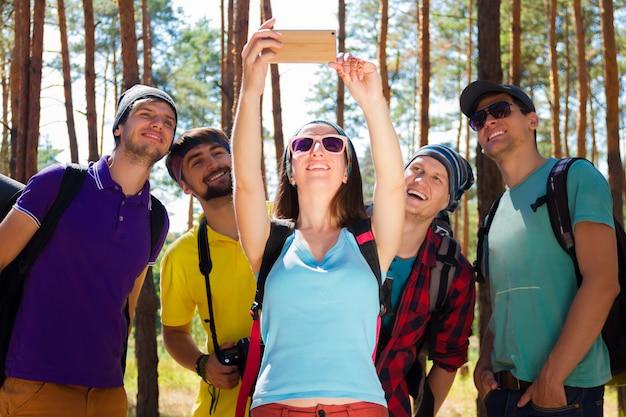 Jóvenes turistas en el bosque