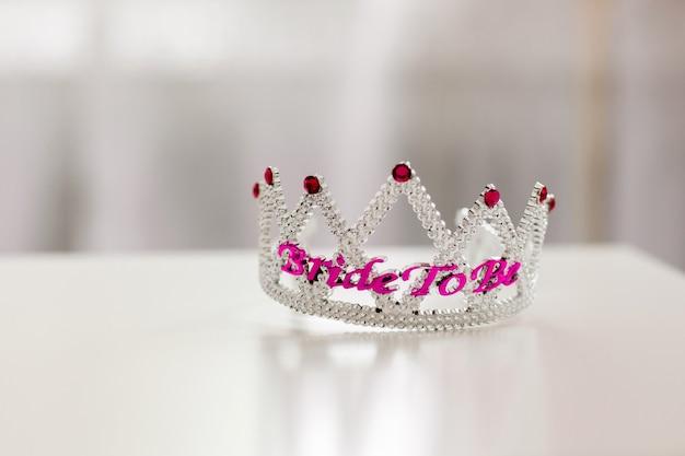 Joya de plástico coronada corona o tiara con cuentas de color púrpura, con la palabra novia para ser