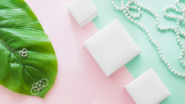 Joyas femeninas en el contexto de papel pastel