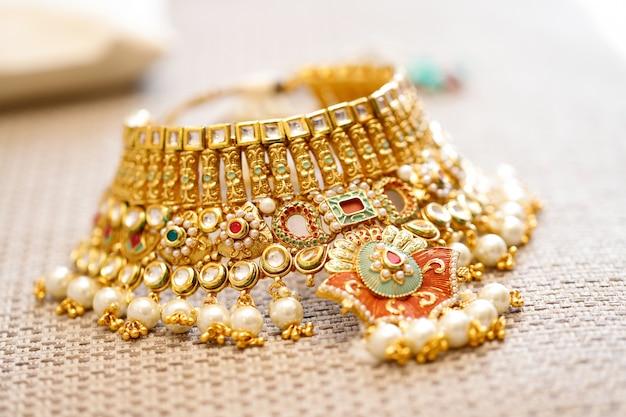 Joyas de oro en caja, collar