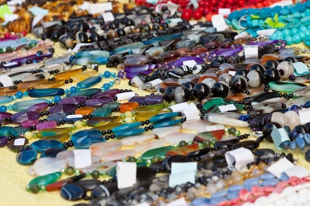 Joyería de gemas naturales en la tienda