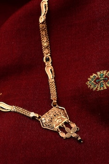 Joyería tradicional india sobre tela suave
