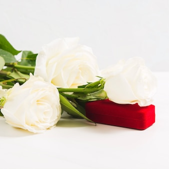 Joyero rojo con ramo de rosas blancas