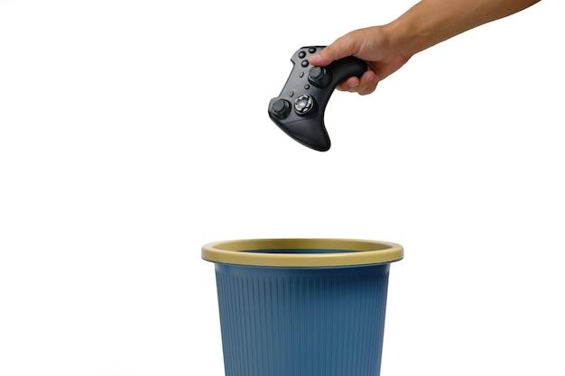 El joystick para juegos se tira a la basura. concepto de rechazo a los juegos de computadora.