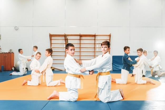 Judo infantil, niños en entrenamiento de lucha, artes marciales