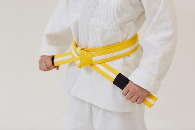 Judoist con cinturón amarillo