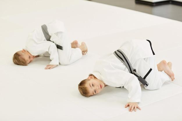 Judoistas haciendo ejercicio en el gimnasio
