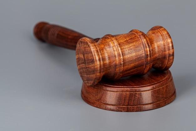 Jueces de madera martillo en la mesa de cerca