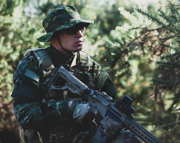 Juego de airsoft militar.