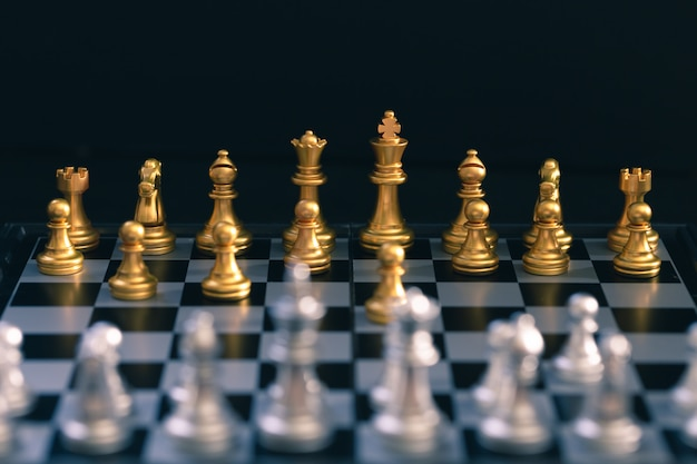 Juego de ajedrez, establece el tablero esperando jugar en piezas de oro y plata