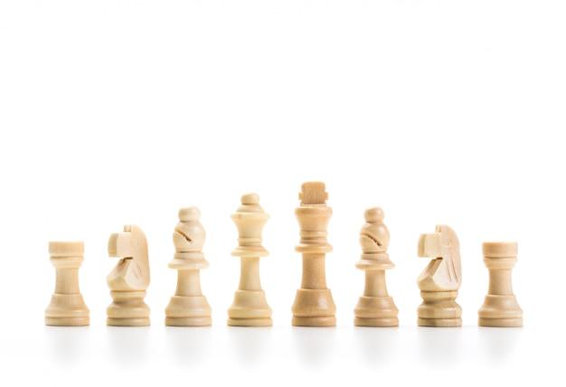 Juego de ajedrez o piezas de ajedrez con fondo blanco.