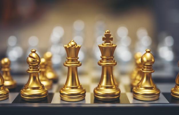 Juego de ajedrez de oro. concepto de gestión del éxito de estrategia comercial y desafío táctico