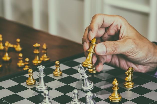 Juego de ajedrez en el tablero de ajedrez