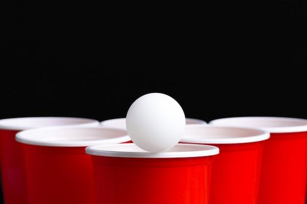 Juego beer pong en mesa de madera