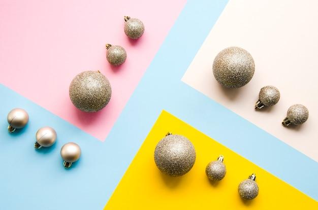 Juego de bolas de navidad con fondo