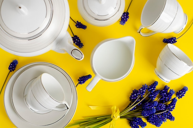 Juego de café o té de porcelana blanca con flores de muscari en amarillo