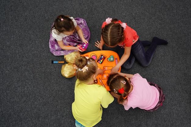 El juego de comandos para niños busca formas corresponden a las herramientas de perfil. trabajo en equipo de niños