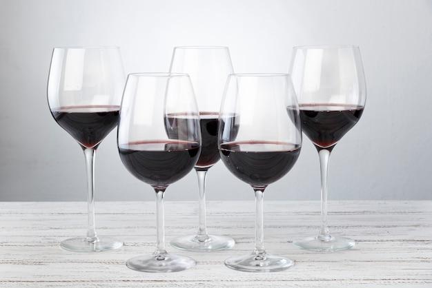Juego de copas con vino tinto en la mesa