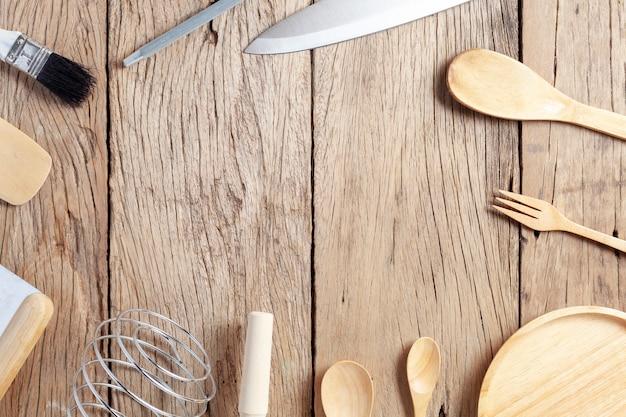 Juego de cuchara de madera, tenedor, cuchillo, sobre fondo de mesa de madera vieja