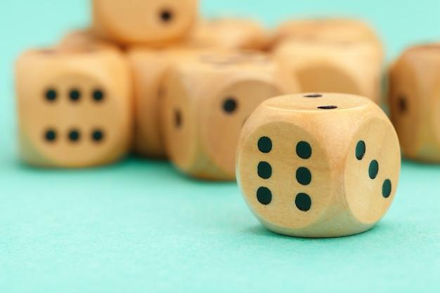 Juego de dados de madera. concepto de juego