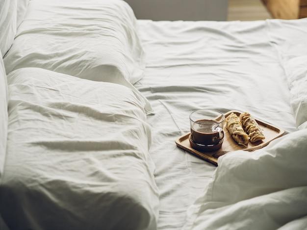 Juego de desayuno de roti dulce tailandés y cacao caliente servido en la cama.