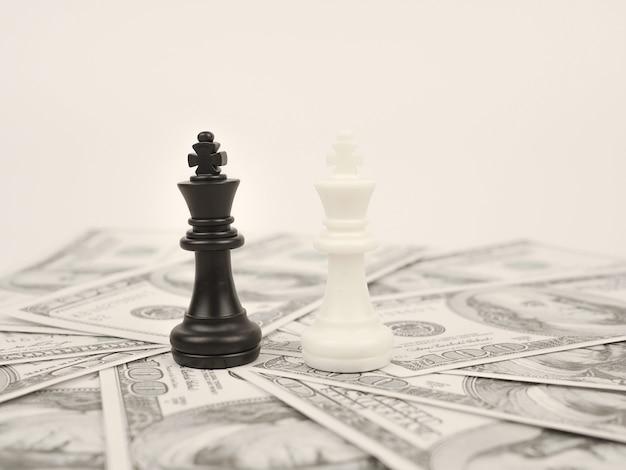 Juego de dinero mundial por rey de ajedrez ganador negro en billetes de los principales países internacionales