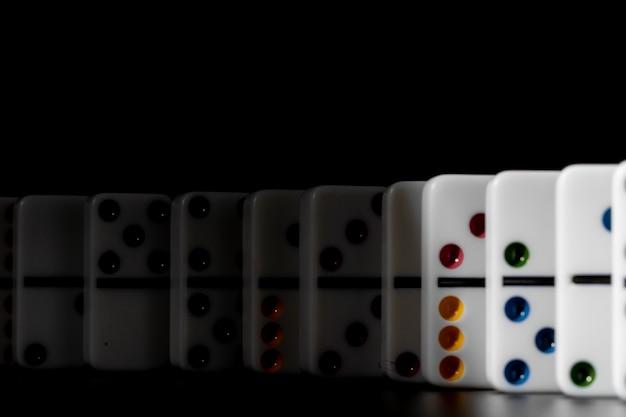 Juego de dominó. dominó en una mesa negra