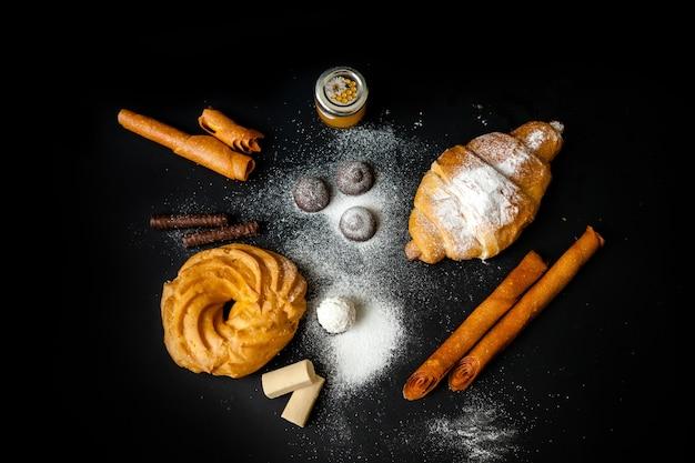 Juego de dulces croissant, trufa, eclair, miel, chocolate blanco