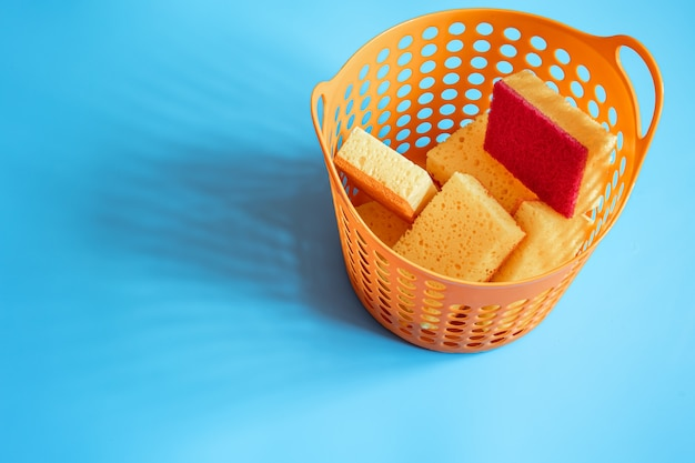 Un juego de esponjas para limpiar y lavar. concepto de limpieza, servicio de limpieza profesional, suministros de kit de tareas domésticas, espacio de copia.