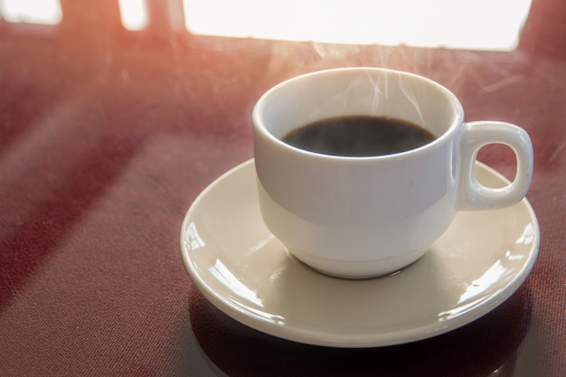 Juego de frenos de café, tazas de café caliente en la mesa y fondo claro