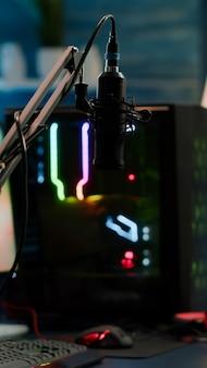 El juego ha terminado en la pantalla de una potente computadora profesional rgb y el chat de transmisión está preparado para el torneo virtual