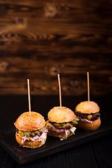 Juego de hamburguesas de ternera listas para ser servidas
