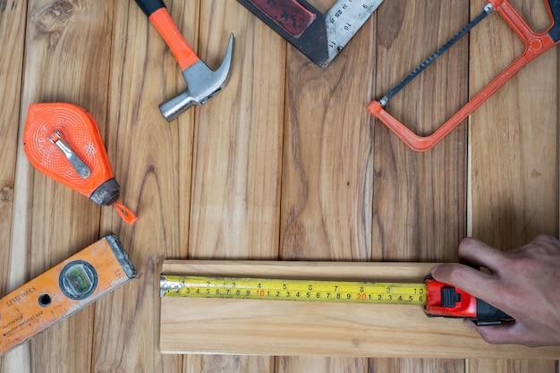 Juego de herramientas manuales, en suelo de madera.