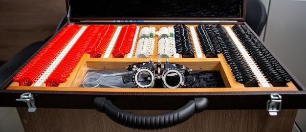 Un juego de lentes de prueba. medios para el diagnóstico y corrección de la visión. la caja del oftalmólogo con lentes.