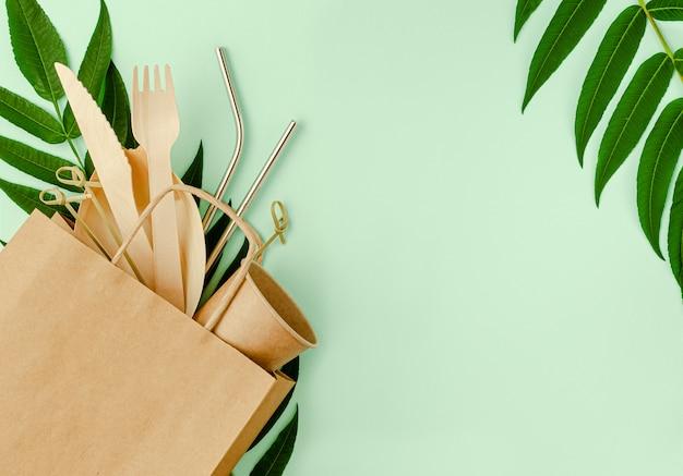 Juego libre de plástico con bambú, cubiertos de papel y pajitas de metal.