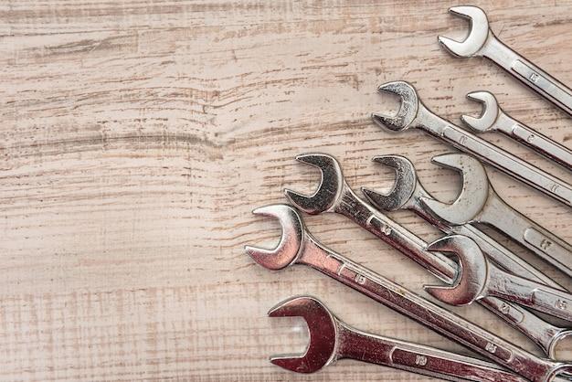 Juego de llaves de algarrobo de todos los tamaños para reparar en escritorio de madera. de cerca